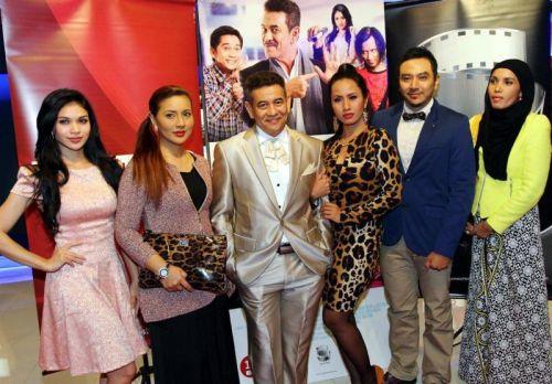 Sebahagian pelakon Kahwin 5 (dari kiri) Anzalna Nasir, Norish Karman, Usop Wilcha dan Adrea bersama pengarah Nizam Zakaria dan penerbit Jaja Nadzir.