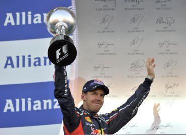 Sebastian Vettel bersama trofi kemenangannya selepas menjuarai perlumbaan Grand Prix Jepun. Foto AFP