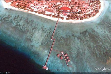 Imej daripada Google Earth yang menunjukkan kedudukan lima chalet atas air yang terletak di Pulau Pom Pom Resort.