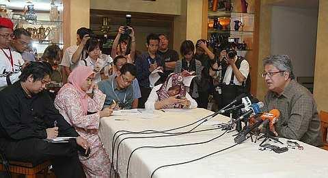 Datuk Zaid Ibrahim ketika sidang media di kediamannya di Tropicana Country and Golf Resort hari ini. Beliau yang tewas pada pilihan raya kecil kerusi Parlimen Hulu Selangor Ahad lalu akan memfailkan petisyen bagi membatalkan keputusan berkenaan. - foto THE STAR