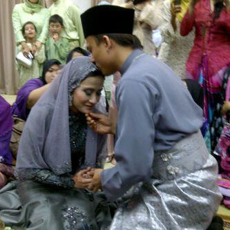 Ash dan Sherry kini sah bergelar suami isteri. Foto ihsan daripada ROTIKAYA.COM