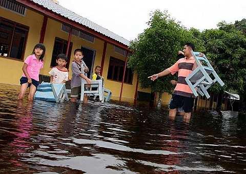 SEKUMPULAN pelajar di Sekolah Kebangsaan Cherating mengangkut kerusi sekolah untuk ditempatkan ke lokasi yang lebih selamat apabila sekolah mereka turut ditenggelami air banjir ekoran hujan lebat sejak beberapa hari yang lepas ketika tinjauan fotoBERNAMA. Sehingga petang semalam, seramai 39 orang dari lapan keluarga di Kampung Bukit Palas dan Kampung Cherating telah dipindahkan ke pusat pemindahan banjir apabila kediaman mereka dilanda banjir. Tiada kemalangan jiwa dilaporkan. -fotoBERNAMA