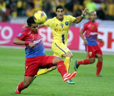 Aidil (depan) terpaksa melupakan hasrat beraksi pada final Piala FA Sabtu ini kerana digantung dua perlawanan.