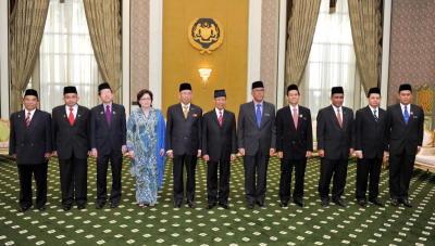 Yang di-Pertuan Agong, Tuanku Abdul Halim Mu'adzam Shah (tengah) bergambar bersama Ahli-ahli Jawatankuasa Khas Mengenai Rasuah (JKMR), Suruhanjaya Pencegahan Rasuah Malaysia (SPRM) (dari, kiri), Ahli Parlimen Indera Mahkota, Datuk Fauzi Abd Rahman, Ahli Parlimen Kuala Selangor, Datuk Irmohizam Ibrahim , Ahli Parlimen Kepong, Dr Tan Seng Giaw , Timbalan Yang Di-Pertua Dewan Negara, Senator Datuk Doris Sophia Brodi , Yang Di-Pertua Dewan Negara, Tan Sri Abu Zahar Ujang, Ahli Parlimen Kota Bharu, Datuk Takiyuddin Hassan (tiga, kanan) dan Ahli Dewan Negara, Senator Mohamad Ezam Mohd Nor (dua, kanan) selepas majlis Pengurniaan Surat Cara Perlantikan di Istana Negara, Jalan Duta, Kuala Lumpur, Isnin. -fotoBERNAMA