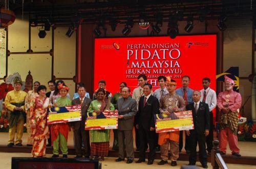 Rais Yatim menyampaikan hadiah kepada para pemenang pertandingan Pidato 1Malaysia (Bukan Melayu) Peringkat Kebangsaan 2011 di Kuala Lumpur, Isnin.