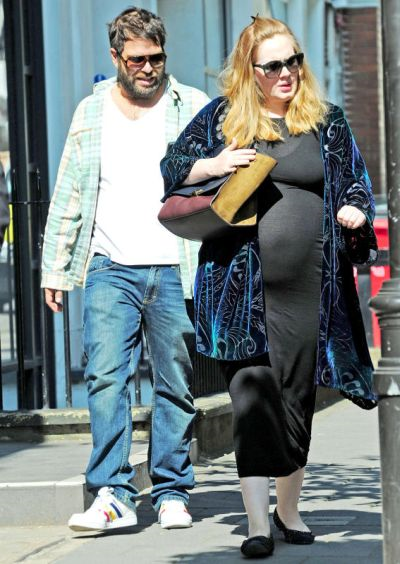 Adele dan kekasihnya Simon Konecki ketika penyanyi itu sedang sarat mengandung pada bulan lalu. Adele difahamkan melahirkan anak lelaki mereka pada 19 Oktober lalu.