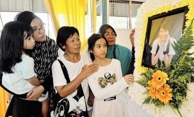 Ahli keluarga Hui Yi memberi penghormatan terakhir kepadanya.