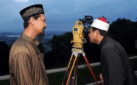 Mufti Terengganu, Datuk Dr Alias Abdullah menggunakan teleskop untuk melihat anak bulan Ramadhan di Bukit Besar di sini, Selasa. Turut hadir Juru Ukur Daerah, Jabatan Ukur dan Pemetaan, Che Sulaiman Mat Yunus (kiri). Umat Islam di Malaysia akan mula berpuasa esok. -Foto BERNAMA.