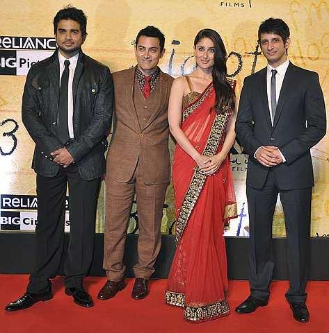 Pelakon-pelakon yang membintangi filem 3 Idiots. Dari kiri Madhavan, Aamir Khan,Kareena Kapoor dan Sharman Joshi   -Foto AFP