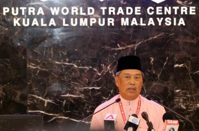 Timbalan Presiden Umno Tan Sri Muhyiddin Yassin ketika mengadakan sidang media selepas majlis Ucapan Dasar Presiden pada Perhimpunan Agung Umno di PWTC, Khamis. -foto IZZRAFIQ ALIAS/The Star