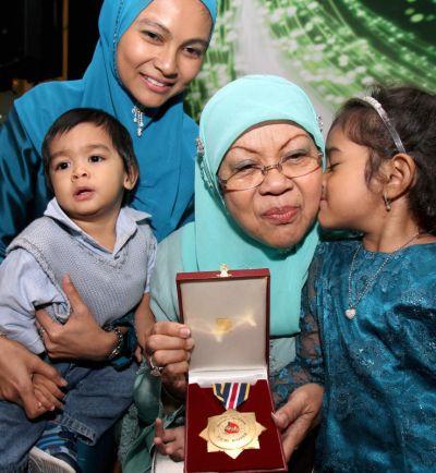 Balu Allahyarham Dr. Abdul Hamid Othman iaitu Puan Sri Jamilah Mohd Said (dua dari kiri) berkongsi anugerah suaminya bersama menantunya Azlul Khalilah Zaghlul (belakang)dan cucu-cucunya iaitu Nazrin (kiri) serta Laiqa Akhyar Wafi Nazrin pada majlis sambutan Maal Hijrah 2012 peringkat kebangsaan di Putrajaya pada Khamis. Foto: MOHD SAHAR MISNI