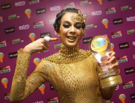 Didie Alias sewaktu memenangi Pelawak Wanita Paling popular pada Anugerah Lawak Warna Sabtu lalu.