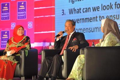 Timbalan Perdana Menteri, Tan Sri Muhyiddin Yassin (tengah) dan Menteri Pembangunan Wanita, Keluarga dan Masyarakat, Datuk Rohani Karim (kiri) ketika sesi soal jawab bersama delegasi di Sidang Kemuncak Wanita 2013 di Pusat Konvesyen Sime Darby, Selasa. -fotoBERNAMA