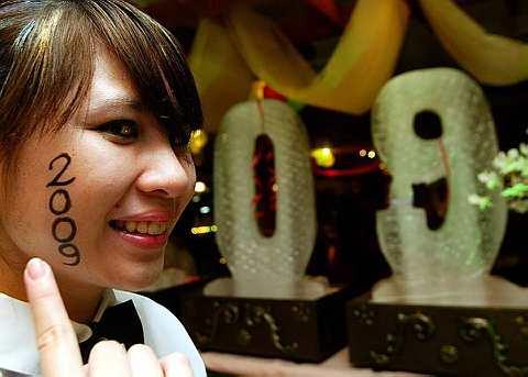 PEKERJA hotel Karen Masing, 18, menunjukkan angka 2009 yang dilukis dipipinya bagi menambahkan lagi semarak sambutan Ambang 2009 ketika tinjauan fotoBERNAMA hari ini. Bagi menghangatkan lagi sambutan tahun baru, Karen akan membiarkan tulisan itu dipipinya sepanjang dia bertugas malam ini. -- fotoBERNAMA