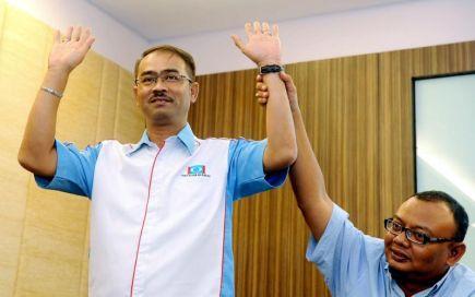 Penyelaras Pilihan Raya Parti Keadilan Rakyat (PKR) Parlimen Pekan Fariz Musa, 43, mengangkat tangan ketika namanya diumumkan sebagai calon PKR yang akan bertanding di Parlimen Pekan pada Pilihan Raya Umum Ke-13 (PRU13) ketika pengumuman calon PKR di sini Selasa. -Foto BERNAMA.