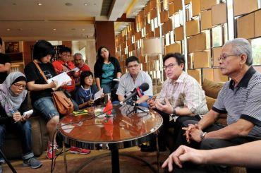 Nadzmi (dua kanan) ditemuramah oleh para wartawan Malaysia selepas pasukan negara tersingkir peringkat suku akhir pada aksi Piala Thomas di Wuhan, China. Foto: BERNAMA