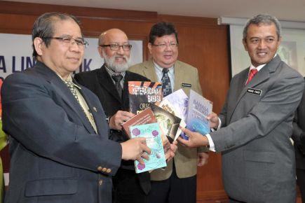 Naib Canselor Universiti Putra Malaysia, Prof Datuk Dr Mohd Fauzi Ramlan (kanan) bersama Ketua Pengarah Dewan Bahasa dan Pustaka, Datuk Dr Awang Sariyan (kiri) ketika melancar buku pada Majlis Perasmian Seminar Antarabangsa Linguistik dan Pembudayaan Bahasa Melayu Ke-8 yang bertemakan