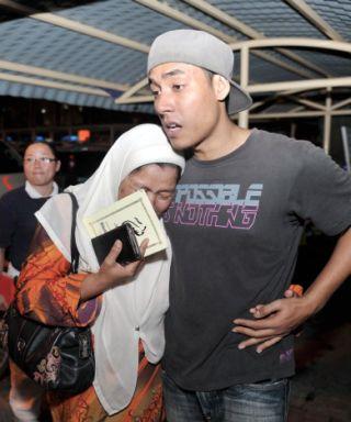 SEBAK...Keluarga mangsa sebak selepas proses pengecaman mayat mangsa kemalangan bas jatuh gaung berhampiran Genting Highland di bilik mayat Hospital Kuala Lumpur malam Rabu.-fotoBERNAMA