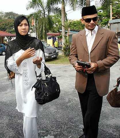 Norman dan Memey ketika hadir ke Mahkamah Rendah Syariah Gombak Timur. -foto The Star
