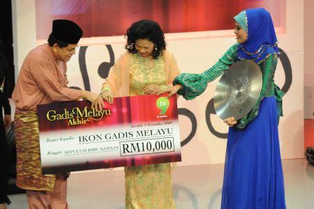 Fiqa menerima hadiah daripada Tuanku Sultanah Hajjah Haminah Hamidun. -foto TV9