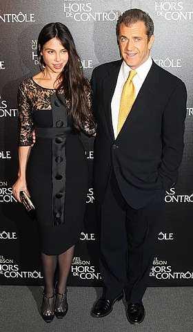 Mel Gibson dan Oksana Grigorieva tiba di tayangan perdana filem Edge Of Darkness di Paris pada 4 Februari lalu. - Foto AP