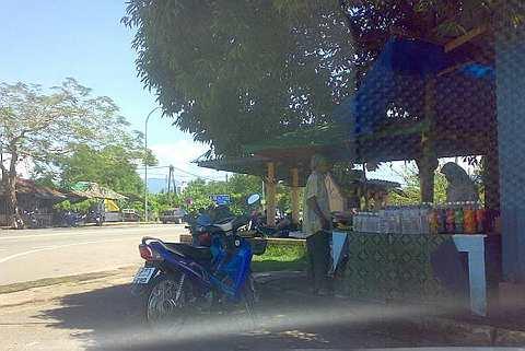 MIRIP?... Gambar menunjukkan seorang lelaki mirip Ayah Pin membeli makanan di sebuah gerai di Rantau Panjang baru-baru ini.