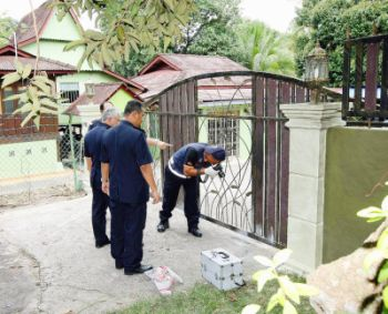 MENCARI BUKTI: Pasukan forensik mengumpulkan bukti di tempat kejadian di Ramuan China Besar, di Alor Gajah, Melaka pada Rabu.