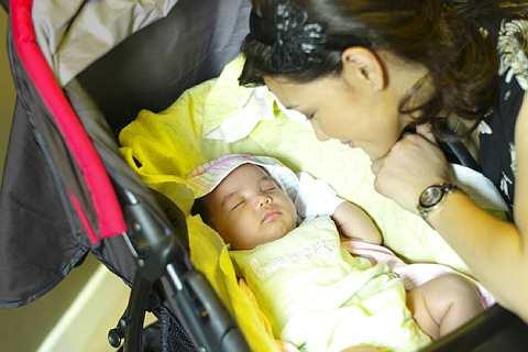 Erra Fazira menatap wajah comel anaknya, Engku Aleesya.