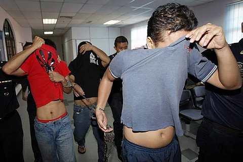 Tiga lelaki mengaku tidak bersalah di dua Mahkamah Sesyen Johor Baharu atas tuduhan merompak secara berkumpulan dan menyamar sebagai penjawat awam bulan lepas. - Foto BERNAMA