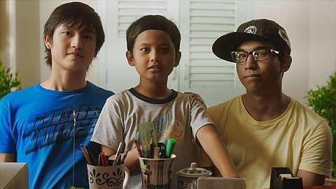 Joshry (tengah) ketika berlakon dalam filem Crayon di samping Kahoe dan Faisal.