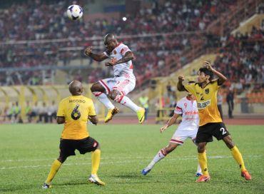 Pemain Kelantan Dickson Waekame cuba di asak oleh dua pemain Negeri Sembilan pada aksi Piala Malaysia di Stadium Tuanku Abdul Rahman, Paroi, Selasa.