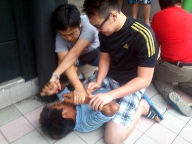 Orang ramai menangkap lelaki yang didakwa meragut telefon bimbit seorang gadis  Plaza Lintas, Kota Kinabalu.