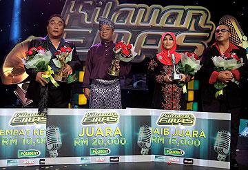 Mohd Ali Norpiah (dua dari kiri), menjuarai Pentas Akhir Kilauan Emas Astro.