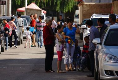 Orang ramai berkumpul di jalan raya selepas gempa bumi melanda Dingxi, China.