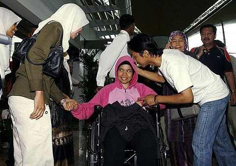 SITI Aisyah Mohd Razi yang terselamat dalam kemalangan di New Zealand disambut anggota keluarga dan rakan-rakannya setibanya di Lapangan Terbang Antarabangsa KL hari ini.-fotoBERNAMA