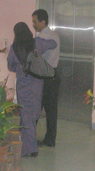 Raisuddin dan Fatimah ketika hadir di Mahkamah Tinggi Syariah Shah Alam, hari ini. -foto mStar