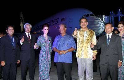 Timbalan Perdana Menteri Tan Sri Muhyiddin Yassin diapit oleh (dari kiri) Datuk Azharuddin A. Rahman, Tan Sri Bashir Ahmad, Datuk Seri Kong Cho Ha dan Ketua Pegawai Eksekutif Kumpulan MAS Ahmad Johari pada penerbangan pertama pesawat A380 ke London -foto M.Azhar Arif/ The Star.