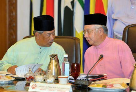 Perdana Menteri Datuk Seri Najib Tun Razak yang juga Presiden UMNO berbincang dengan Timbalan Perdana Menteri, Tan Sri Muhyiddin Yassin sebelum mempengerusikan Mesyuarat Majlis Tertinggi UMNO di Menara Dato Onn di Kuala Lumpur pada Jumaat. -Foto BERNAMA