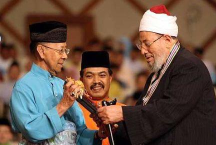 Timbalan Yang di-Pertuan Agong Tuanku Abdul Halim Mu'adzam Shah (kiri) berkenan menyampaikan anugerah Tokoh Ma'al Hijrah Peringkat Kebangsaan bagi tahun 1431 hijrah kepada Pengerusi Kesatuan Ulama Islam Sedunia, Prof. Dr. Yusuf Al-Qaradawi (kanan) ketika sambutan Maal Hijrah peringkat kebangsaan di Dewan Plenari Pusat Konvensyen Antarabangsa Putrajaya (PICC) di sini, hari ini. Turut hadir Menteri di Jabatan Perdana Menteri Mej. Jen Datuk Jamil Khir Baharom yang juga Pengerusi Jawatankuasa Induk sambutan tersebut.-Foto BERNAMA.