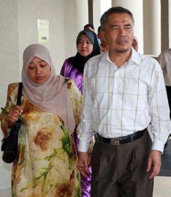 BEKAS Ahli Dewan Undangan Negeri (ADUN) Semenyih, Datuk Ahmad Kuris Mohd Nor ditemani anggota keluarga ketika hadir ke Mahkamah Sesyen Jalan Duta hari ini. Ahmad Kuris hadir untuk menghadapi pertuduhan menerima rasuah. _ fotoBERNAMA