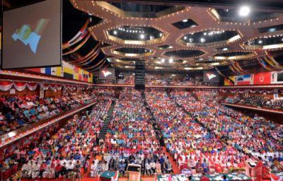 Najib Tun Razak menyampaikan ucapan dasar pada Majlis Perasmian Perhimpunan Agung Umno Ke-67 di Pusat Dagangan Dunia Putra (PWTC), Khamis. Foto: RAJA FAISAL HISHAN/The Star.