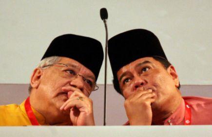 BELUM PASTI... Setiausaha Agung Umno, Datuk Seri Tengku Adnan Tengku Mansor (kiri) dan Bendahari Agung Umno, Datuk Abdul Azim Mohd Zabidi (kanan) masih belum pasti mengenai kedudukan mereka dalam barisan kepimpinan baru Umno.
