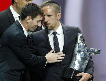 Messi (kiri) mengucapkan tahniah kepada Ribery selepas menerima trofi Pemain Terbaik Eropah 2012/13.