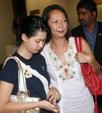ISTERI Raja Petra Kamarudin, Marina Lee Abdullah dan anak mereka ketika tiba di pekarangan Mahkamah Tinggi Kuala Lumpur hari ini untuk mendengar permohonan habeas corpus. - foto The Star oleh AZHAR MAHFOF