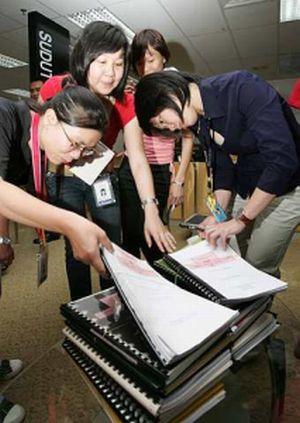 WARTAWAN melihat dokumen perjanjian konsesi yang mula dipamerkan kepada umum hari ini. - foto SIN CHEW