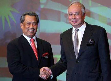 PASUKAN BARU..Perdana Menteri, Datuk Seri Mohd Najib Tun Razak bersalaman dengan Timbalan Perdana Menteri yang baru, Tan Sri Muhyiddin Yassin. Foto THE STAR Oleh AZHAR MAHFOF.