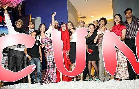 Barisan pelakon dan karyawan filem Cun! pada malam gala filem itu, baru-baru ini.