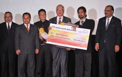 Perdana Menteri, Datuk Seri Najib Tun Razak menyampaikan Anugerah Inovasi Perdana Menteri 2013 kepada Presiden Mercy Malaysia, Datuk Dr Ahmad Faizal Mohd Perdaus (dua, kanan) pada majlis Anugerah Inovasi Perdana Menteri 2013 Unit Pemodenan Tadbiran dan Perancangan Pengurusan Malaysia (MAMPU) di Pusat Konvensyen Antarabangsa Putrajaya (PICC) Rabu. Turut hadir Ketua Setiausaha Negara, Tan Sri Dr Ali Hamsa (kanan), dan Setiausaha Kehormat Mercy Malaysia, Ir Amran Mahzan (tiga, kiri). Pemenang menerima ganjaran wang tunai RM1 juta, trofi dan sijil penghargaan. Tema anugerah pada tahun ini adalah