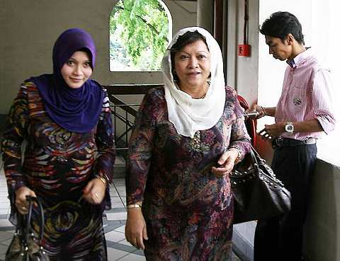 Anne Ngasri disahkan bercerai talak tiga dengan suaminya, Abdul Wafi Hassan (kanan) di Mahkamah Rendah Syariah Kuala Lumpur hari ini - Foto oleh IQMAL HAQIM ROSMAN.