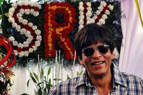 Shahrukh Khan senyum semasa sambutan hari jadi ke-44 di rumahnya di Mumbai pada 2 November 2009. -Foto AFP